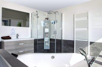 Badkamer voorbeeld in badkamer showroom Broek op Langedijk