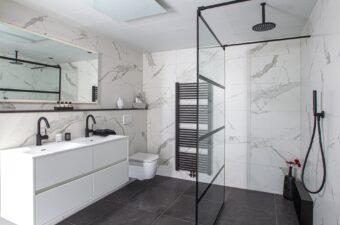 Badkamer voorbeeld met zwarte douche in badkamer showroom Broek op Langedijk