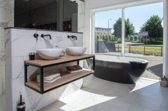Opstelling met bad en wastafel in badkamer showroom Broek op Langedijk