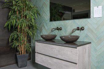 Opstelling met wastafel in badkamer showroom Broek op Langedijk